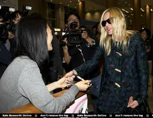 Nov 21, 2010 - Kate Bosworth - At Incheon Airport in Seoul Th_78959_tduid1721_Forum.anhmjn.com_20101130075736012_122_181lo